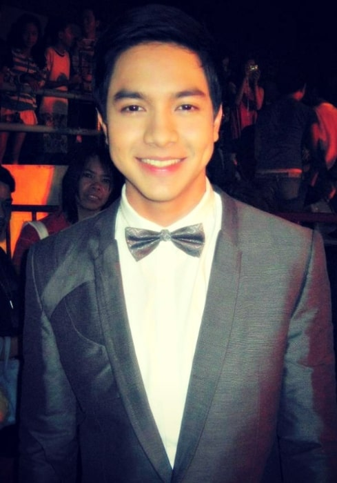 Alden Richards as seen while smiling in a picture taken during the 2011 Yahoo OMG! Awards Night in November 2011