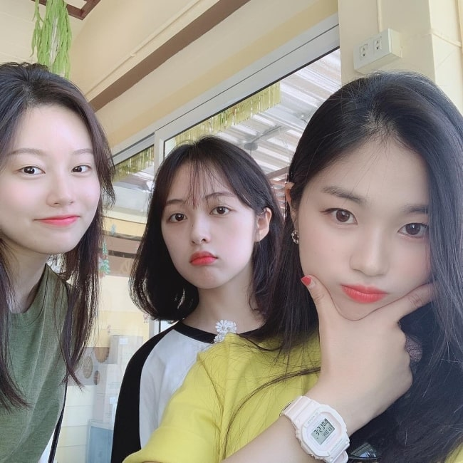 Kim Bo-ra as seen in a selfie taken with actress Kim Hye-yoon and actress Park Yoo-na in February 2019
