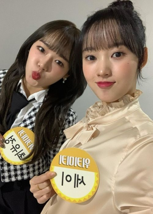 Sei (right) as seen posing together with Choi Yoo-jung in 2020
