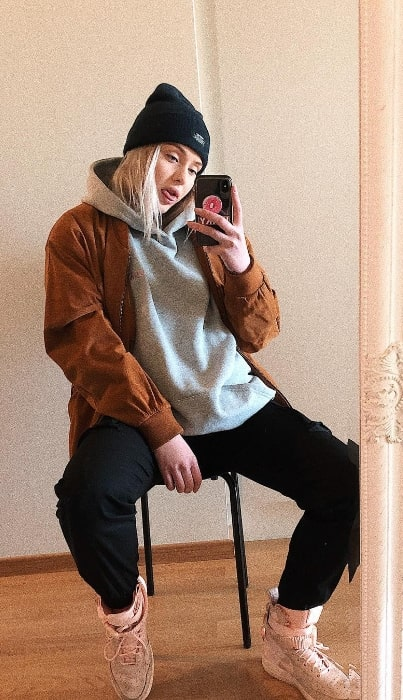 Sofia Kappel as seen while taking a mirror selfie in February 2019