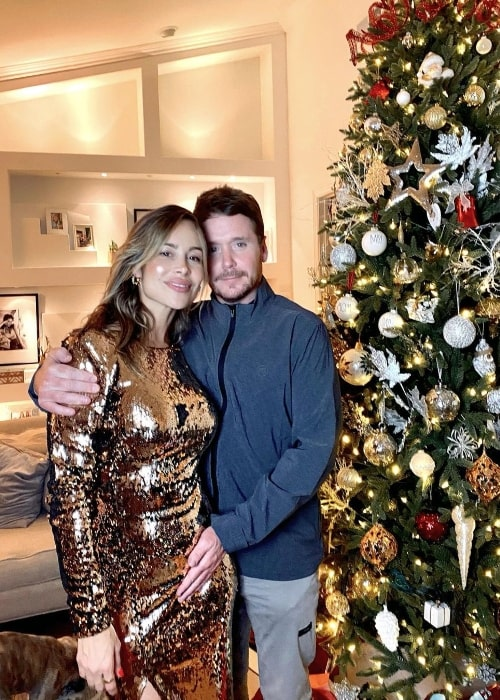 Zulay Henao and Kevin Connolly posing for a Christmas picture in December 2020