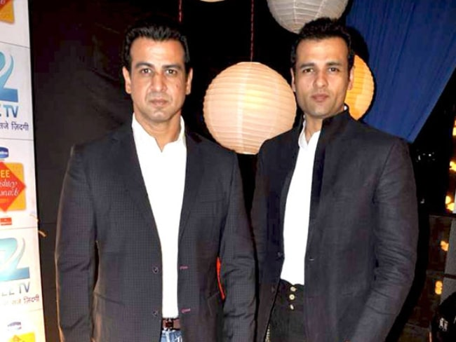 Ronit Roy (Left) and his brother Rohit Roy attending the Zee Rishtey Awards 2011