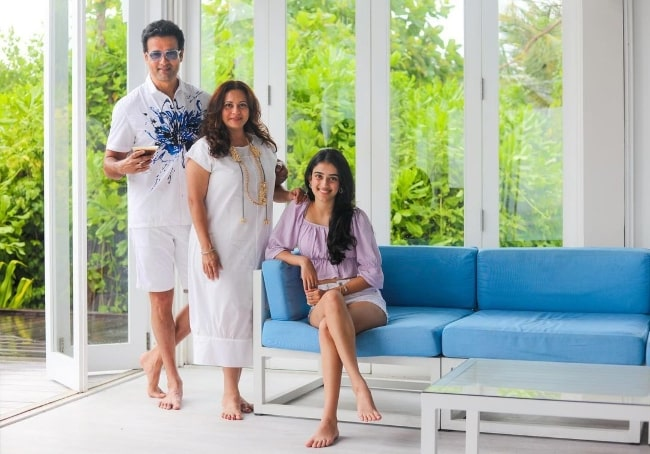 Rohit Roy posing for the camera with his wife and their daughter in March 2021