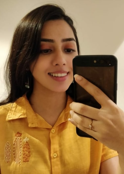 Jheel Mehta as seen while clicking a mirror selfie in February 2021